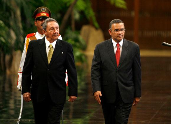 Raúl Castro, Presidente de Cuba y Mauricio Funes, presidente de El Salvador, en la ceremonia de presentación de las delegaciones de ambos países