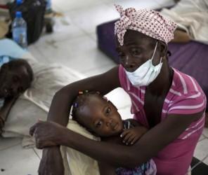 Una mujer con su hijita en uno de los centros de salud atendidos por médicos cubanos en Haití para atender a los enfermos.