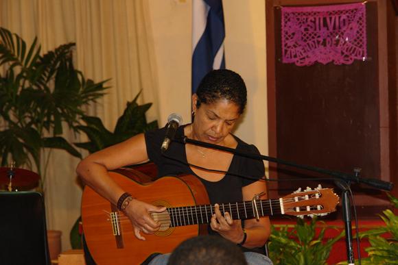 Marta Campos toca una canción de Silvio. Foto: David Vázquez Abella