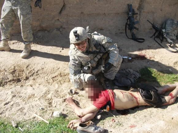 """En esta imagen, un soldado diferentes poses con el mismo cadáver. El Ejército de los EE.UU. el lunes se disculpó por el comportamiento de los soldados involucrados en el """"equipo de matar""""."""