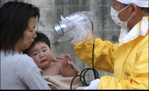 Un bebé de un año asiste a una revisión médica para comprobar si ha sido afectado por la radiación. Foto: AP