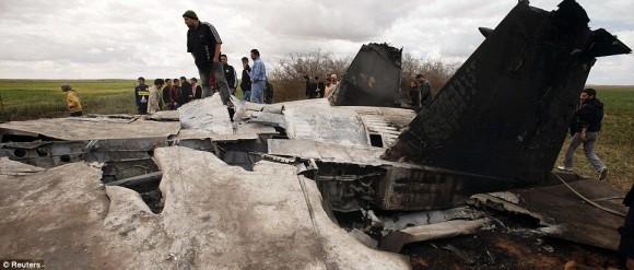 Campesinos en el lugar donde cayó el avion.
