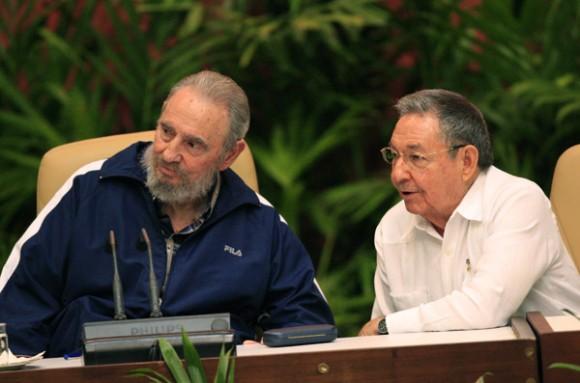 Fidel y Raúl en la Clausura del VI Congreso del Partido. Foto: Ismael Francisco