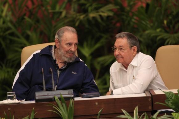Fidel y Raúl Catro en el Congreso