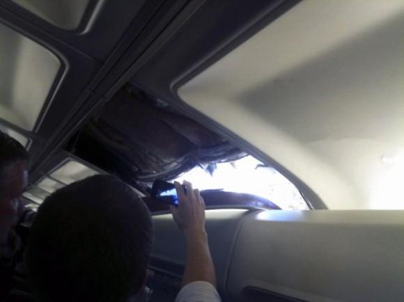 Un pasajero fotografía con un teléfono celular un agujero que se abrió en la parte superior de un avión de Sothwest Airlines que efectuó un aterrizaje de emergencia el viernes 1 de abril de 2011 en Yuma, Arizona. La aeronave había despegado de Phonex y tenía como destino, Sacramento, California, cuando se desprendió esa parte del avión. Se desconoce que causó el agujero. La imagen fue facilitada por la pasajera Brenda Reese.
