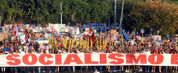 El pueblo capitalino participa en el desfile por el Primero de Mayo, Día Internacional de los Trabajadores, en la Plaza de la Revolución José Martí, en La Habana Cuba, el 1ro. de mayo de 2011.  AIN FOTO/Marcelino VÁZQUEZ HERNÁNDEZ