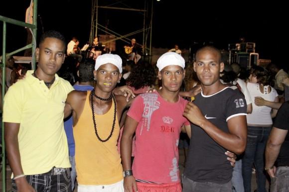"""Lázaro y """"los socios"""" en noche de concierto. Foto: Alejandro Ramírez"""