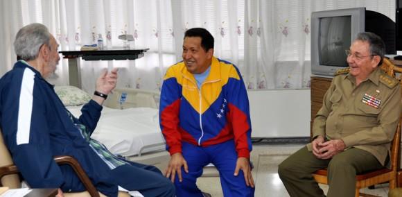 Fidel y Raúl visitan a Chávez. Foto: Estudios Revolución