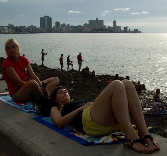 Paseo por el Malecón de La Habana, Cuba. AIN FOTO/Tony HERNÁNDEZ MENA