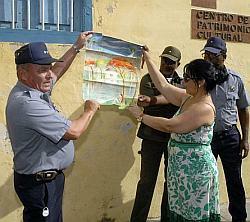 El teniente coronel Francisco Darias, jefe de la PNR en Santa Clara, entrega el cuadro a Irina Gutiérrez Pérez para ser restituido al Registro Provincial de Bienes Culturales perteneciente al Centro Provincial de Patrimonio Cultural. (Fotos: Ramón Barreras Valdés)