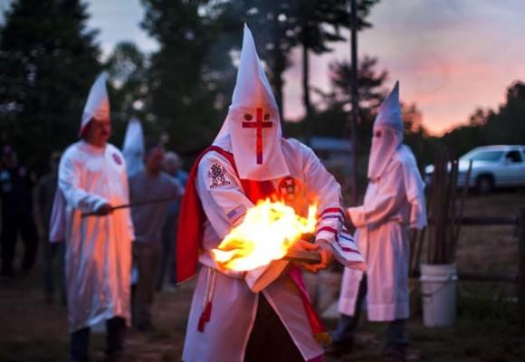 Miembros de tres órdenes del Ku Klux Klan (KKK) marchan por la ciudad de Dungannon con motivo de las celebraciones por el 4 de Julio, en el estado de Virginia (EE.UU.), el 2 de julio de 2011. El Imperio Invisible ha experimentado un resurgir en Virginia, con protestas y ceremonias en las que se prenden fuego cruces para manifestarse contra los derechos de los homosexuales, los cambios raciales en la población, y en contra de que Barack Obama, de raza negra, lidere el país. EFE/JIM LO SCALZO