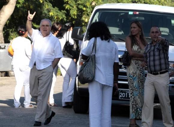 """Elizardo Sanchez """"saluda"""" a los periodistas y blogueros que fotografiamos el aquelarre de las tropas proanexionistas."""