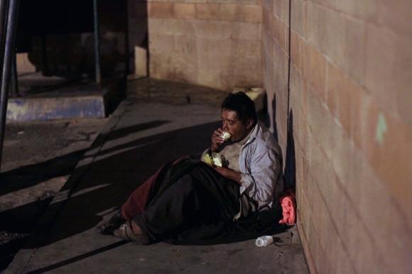 Hombre sin hogar come fuera del Hospital San Juan de Dios en Ciudad de Guatemala 29 de noviembre. (Foto: Jorge Dan López / Reuters) #