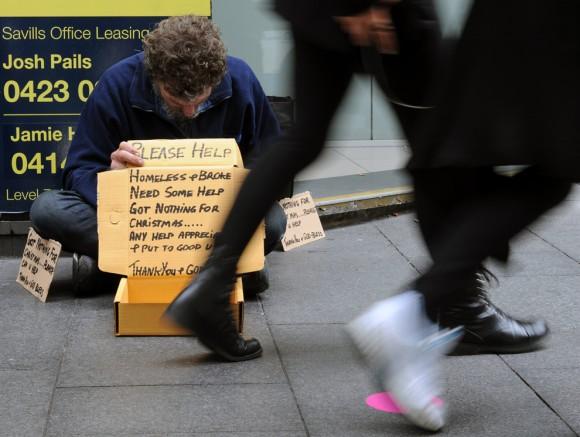 Un hombre sin hogar mendiga en una acera en Sydney el 8 de diciembre.  (Foto: Torsten Blackwood / AFP / Getty Images)