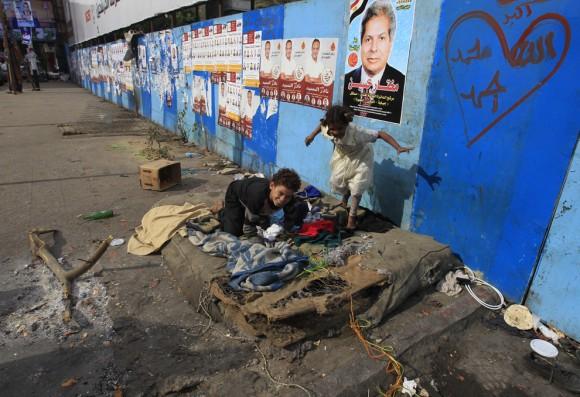 Niños sin hogar  juegan en Giza, al suroeste de El Cairo, el 13 de diciembre. (Foto: Mohammed Abed / AFP / Getty Images)