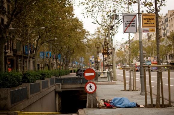 Un hombre duerme en el suelo en la fría mañana de las elecciones generales de España, el 20 de noviembre en Barcelona. (Foto: David Ramos / Getty Images)