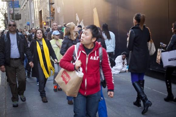 """Una mujer sin hogar en la Quinta Avenida de Nueva York, en el """"Viernes Negro"""" del 25 de noviembre. (Foto: Michael Nagle / Getty Images)"""