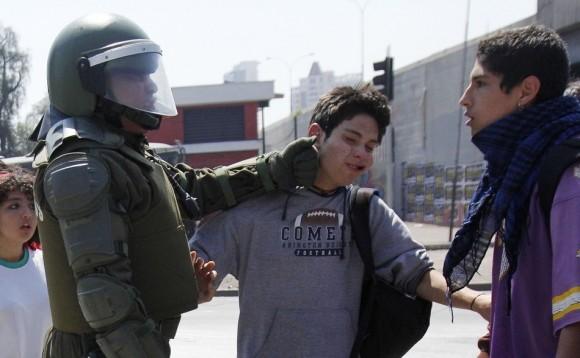 Un estudiante es golpeado en la cara por un policía en Chile. Los estudiantes de Chile exigen un nuevo marco para la educación. (Reuters / VICTOR RUIZ CABALLERO)