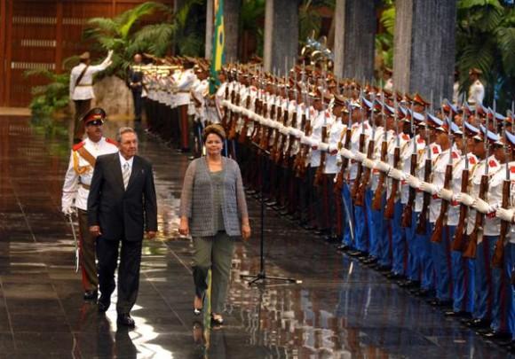 El General de Ejército Raúl Castro Ruz (I), Presidente de los Consejos de Estado y de Ministros, recibió en la mañana de este martes, a la excelentísima señora Dilma Rousseff (D), Presidenta de la República Federativa del Brasil, quien realiza una visita oficial a Cuba, en La Habana, el 31 de enero de 2012.  AIN FOTO POOL/Emilio HERRERA/Prensa Latina/mvh