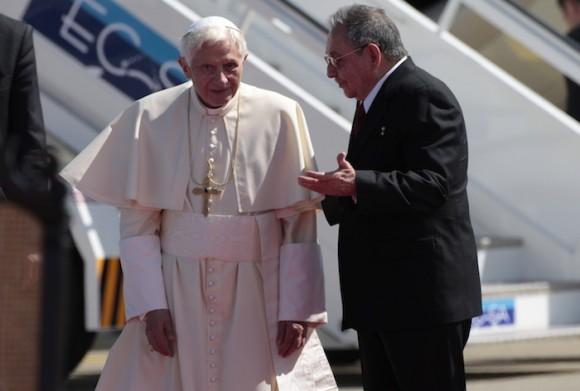 Raúl recibe a Benedicto XVI en Santiago de Cuba. Foto: Ismael Francisco/ Cubadebate