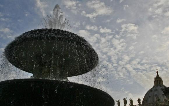 Con sus 8 metros de altura, estas fuentes colocadas simétricamente en la plaza son obra de Carlo Maderno. El diseñador de la plaza, Bernini, colocó la original en su actual ubicación y mandó construir una segunda para lograr la simetría. Foto: Ismael francisco/Cubadebate.