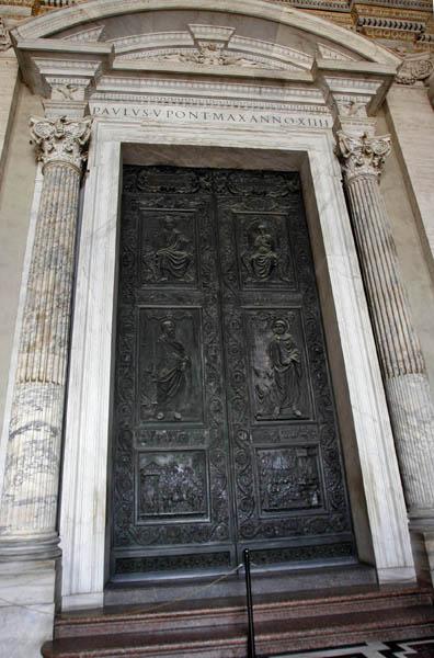 """""""La Puerta Santa"""" permanece cerrada, incluso tapada con cemento por su lado interior. Esta puerta sólo se abre cada 25 años para los años santos (años jubilares). La abre solemnemente el Papa al inicio de ese año, permaneciendo abierta para que los fieles puedan acceder a la basílica y ganar la Indulgencia jubilar. Al final de dicho año, el Papa la clausura. Foto: Ismaael Francisco/Cubadebate."""