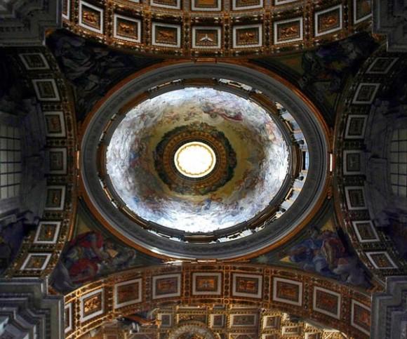 Vista de la cúpula de La Basílica de San Pedro. La gran cúpula se encuentra justo sobre el baldaquín de bronce del altar mayor, obra de Gian Lorenzo Bernini, bajo el que se dice que está enterrado el apóstol San Pedro. Foto: Ismael Frnacisco/Cubadebate.