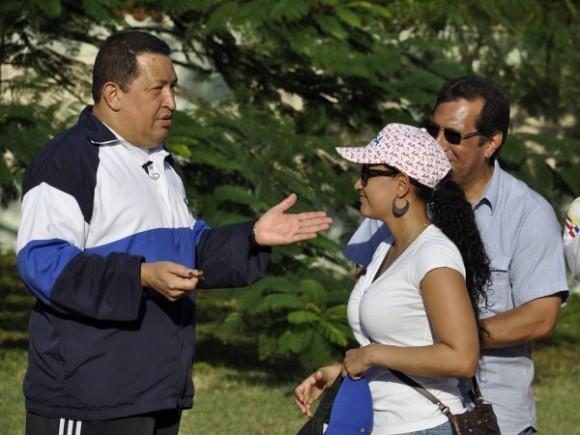 Chávez juega a las bolas criollas en La Habana. Foto: AVN