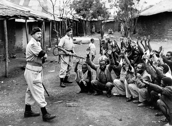 Kenia, 1964: soldados del Devon Regiment en acción de contrainsurgencia en la aldea de Karoibangi buscando  guerrilleros Mau Mau