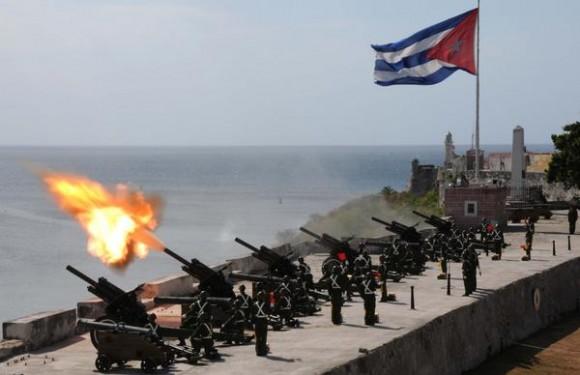 Con motivo de conmemorarse el aniversario 51 de la proclamación del carácter socialista de la Revolución, fueron lanzadas 21 salvas de artillerías por cadetes de la Escuela Interarmas de las Fuerzas Armadas Revolucionarias, General Antonio Maceo, Orden Antonio Maceo, en la Plaza de Armas de la Fortaleza de San Carlos de la Cabaña, en La Habana, Cuba, el 16 de abril de 2012.  AIN FOTO/Omara GARCÍA MEDEROS/
