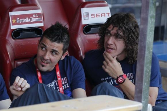 Villa y Puyol, en el banquillo durante los minutos previos al partido.  Foto: Rafa Casal