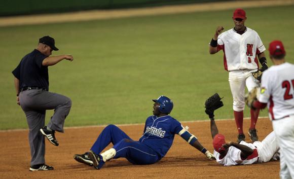 Rudy Reyes es puesto out en segunda base. Foto: Ismael  Francisco/Cubadebate.