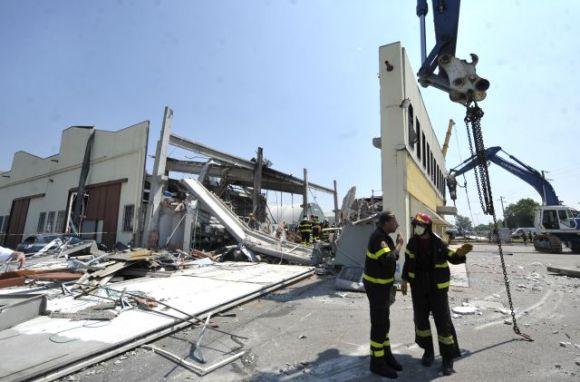 Bomberos italianos buscan entre los escombros de una fábrica