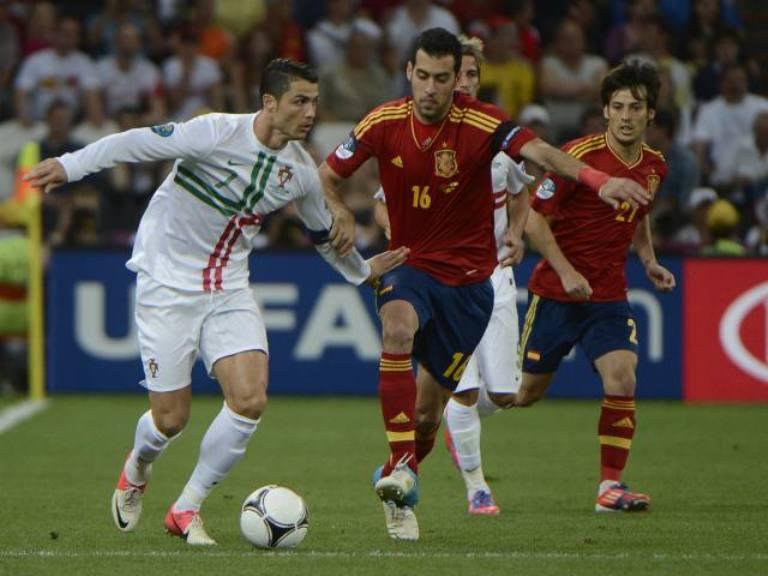 Cristiano Ronaldo lleva la pelota ante la marca de Sergio Busquets. Foto: AFP