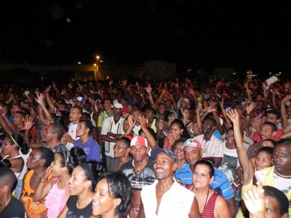 Guantanameros de diferentes generaciones, corearon y bailaron hasta altas horas de la madrugada del sábado  al compás de estas  dos leyendas de la música cubana. Foto Marianela Dufflar