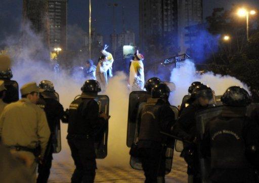 La policía reprimió a los simpatizantes de Lugo que se manifestaban en las afueras del Congreso. Foto: AFP