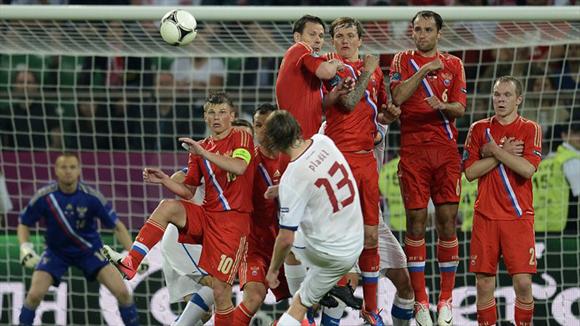 Plasil, en el cobro de un tiro libre. Foto: UEFA.