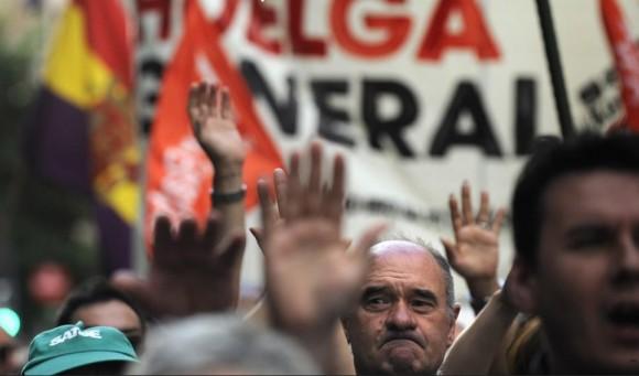 Los manifestantes levantan las manos durante la marcha en Bilbao. Foto: AFP.