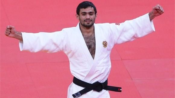 Arsen Galstyan de Rusia celebra tras ganar el combate por el oro en los 60 kg del Judo