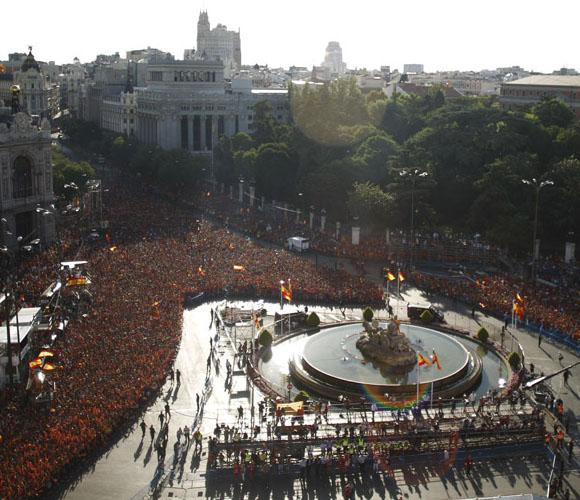 El gentío en la Plaza Cibeles esperaba ansioso llegada de La Roja. Foto: El País