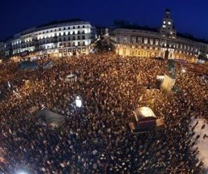 Cientos de miles de personas salieron el jueves a la calle en toda España para protestar contra las nuevas medidas de austeridad aprobadas por el Gobierno del Partido Popular con la meta de reconducir el abultado déficit público del país, en la primera gran movilización de un verano que los sindicatos auguran cargado en tensión social. En la imagen, la manifestación en Madrid en la Puerta del Sol, 19 de julio de 2012. REUTERS/Sergio Pérez