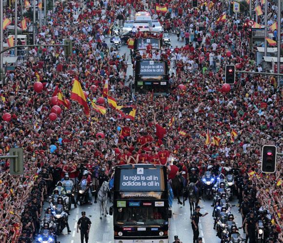 Una marea humana acompaña a los jugadores por La Gran Vía, de Madrid