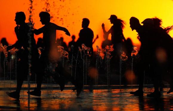 Las personas corren frente al escenario antes del concierto de Red Hot CHili Peppers durante el festival Rock in Rio en Arganda del Rey, en las afueras de Madrid, España, el 7 de Julio, 2012. Foto: AP/Andres Kudacki.