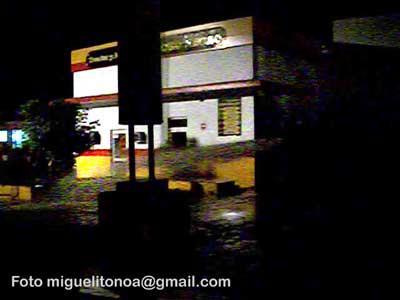 Controlado incendio en gasolinera de Santiago de Cuba. Foto: Miguel Noa