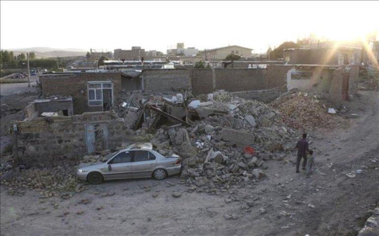 Casa derruida en la ciudad de Varzagam, en Irán. FOTO: EFE