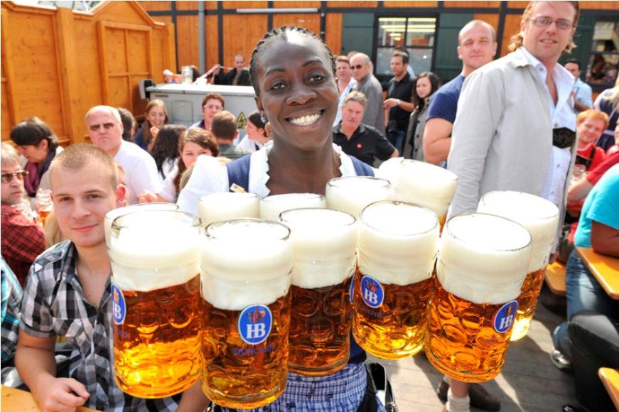 Jóvene alemanas celebran con trajes típicos la Oktoberfest, el festival de cerveza más grande del mundo