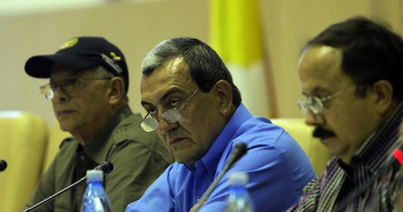 Comandante de las FARC Mauricio Jaramillo, y otros integrantes de la guerrilla colombiana, ofrecen rueda de prensa en la Habana. Foto: Ismael Francisco/Cubadebate.
