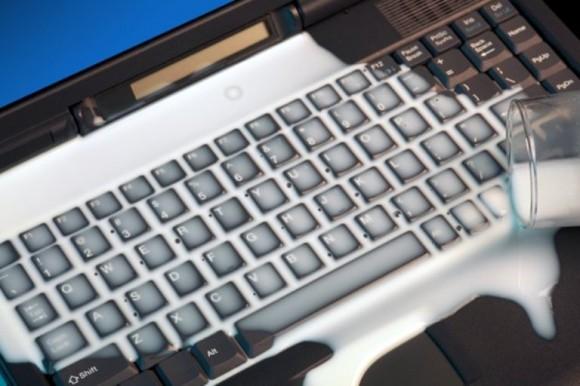 vaso-de-leche-derramado-sobre-teclado