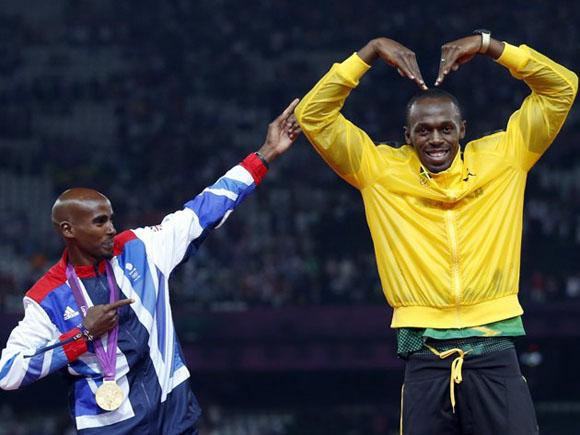 Mo Farah imita el arquero de Usain... y Usain se divierte a su manera. Foto: REUTERS/Eddie Keogh.