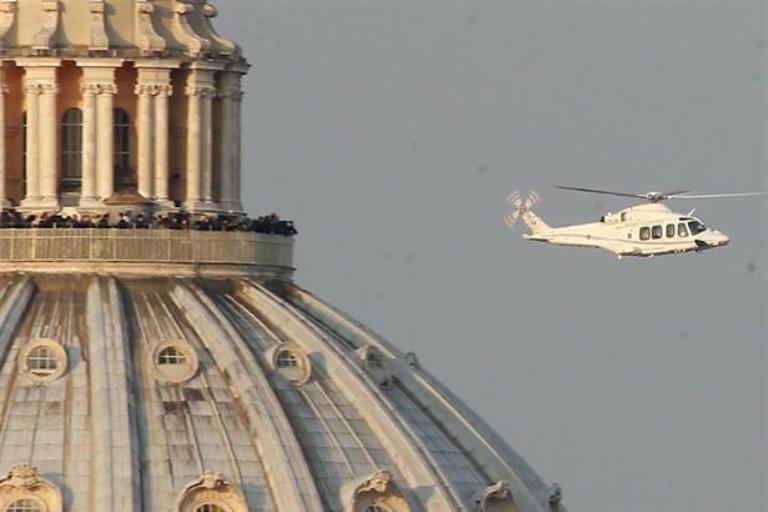 Benedicto XVI viajó en helicóptero desde el Vaticano hasta la residencia Castelgandolfo, ubicada a 30 kilómetros de distancia. Foto AP